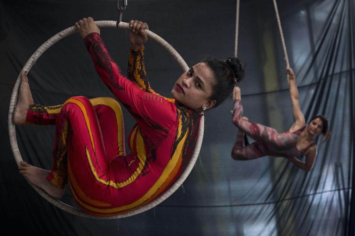 Népal: une troupe de cirque voltige contre la traite des enfants